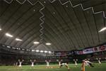 節電のため、照明を抑えて行われた東京ドームの公式戦。(PANA=写真)