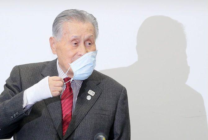 東京五輪が来年7月23日に開幕することが決まり、記者会見の冒頭、マスクを外す大会組織委員会の森喜朗会長=2020年3月30日、東京都中央区