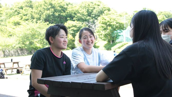 大学で友達と談笑するのは「すごく楽しい」。