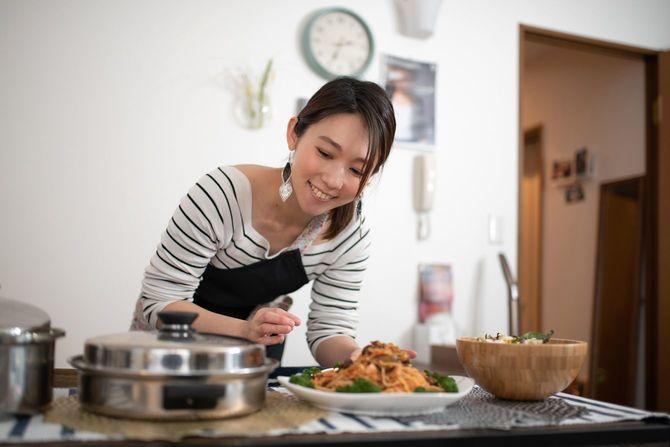 自宅で食事の準備をする女性