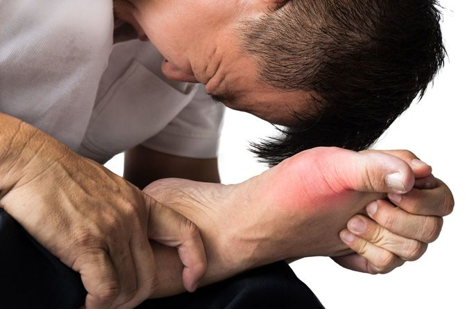 痛風の鋭い痛みにもだえる男性