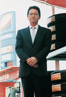 <strong>西川 力</strong>●コスモ石油販売埼玉カンパニーSS部部長。1965年、青森県生まれ。高校卒業後、丸善石油(現コスモ石油)に就職し、同社のSS(サービスステーション)の現場を経験して現職。社員100人、アルバイト200人の部下を叱咤激励し続ける日々だ。