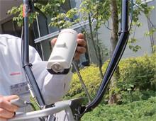 コンロ用のカセットガスを専用ケースに入れてハンドルの根元に取り付ける。1時間の連続使用が可能。