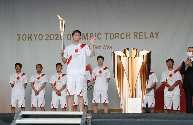 聖火リレーが中止となり、高岡スポーツコアで行われた点火セレモニーに参加したプロバスケットボール選手の宇都直輝さん(手前)ら