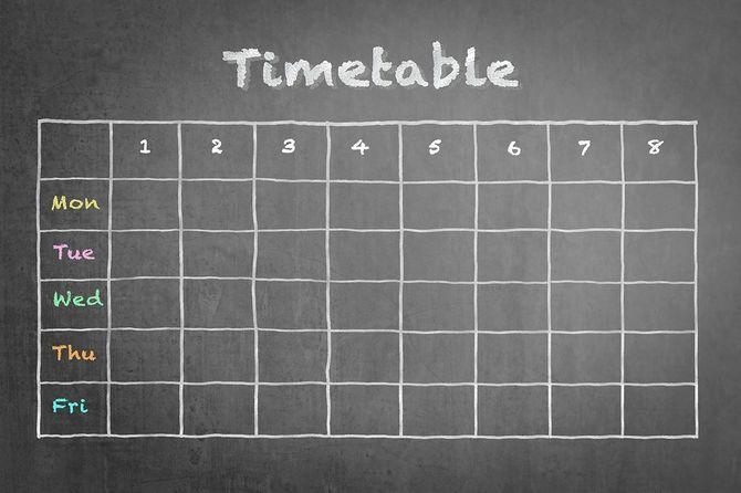 スケジュール - 学校やビジネスの黒板に時刻表空白のカレンダー