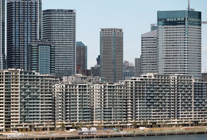 東京五輪の選手村(手前)と高層マンション(東京都中央区)=2020年2月18日