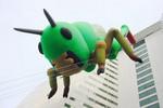 第1回横浜トリエンナーレでホテルに飛び乗った椿昇の作品「インセクト・ワールド 飛蝗」。