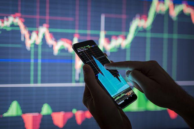 株価をチェックするビジネスマン