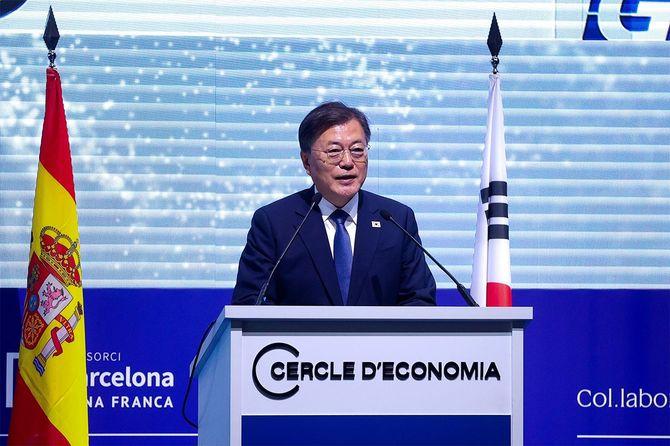 スペイン・バルセロナで開催された第36回セルクル・ド・エコノミア会議のオープニング・ディナーでスピーチする韓国の文在寅大統領=2021年6月16日