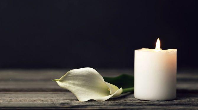 白いロウソクとカラーの花