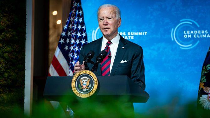 2021年4月22日、米国が主催する気候変動サミットにて、ホワイトハウスのイーストルームからスピーチを行うジョー・バイデン大統領