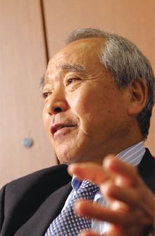 <strong>西日本高速道路会長兼CEO 石田 孝</strong>●1943年、福岡県生まれ。66年神戸製鋼所入社。取締役、専務を経て2002年コベルコ建機社長。04年コベルコクレーン社長。05年西日本高速道路会長兼CEO。06年西日本高速道路サービス・ホールディングス会長CEO兼任。