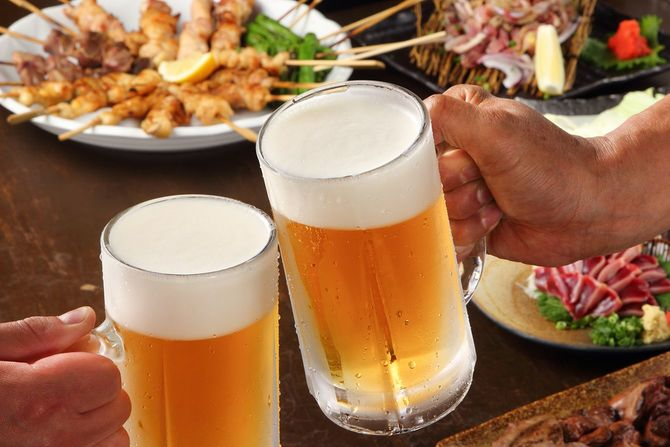 パーティーで生ビールで乾杯