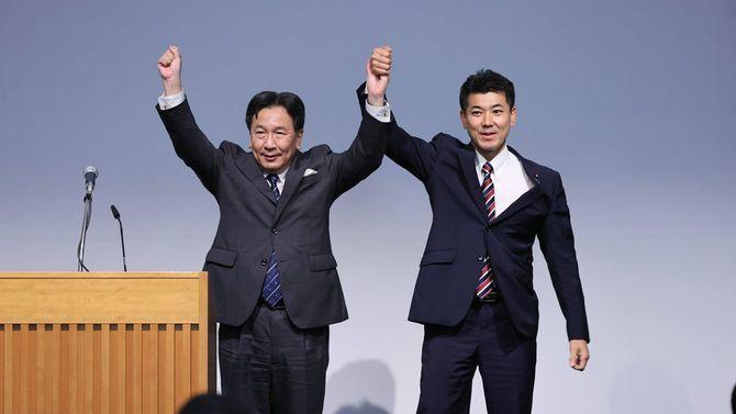 合流新党の新代表に選出された枝野幸男氏(左)。右は泉健太氏=2020年9月10日、東京都千代田区
