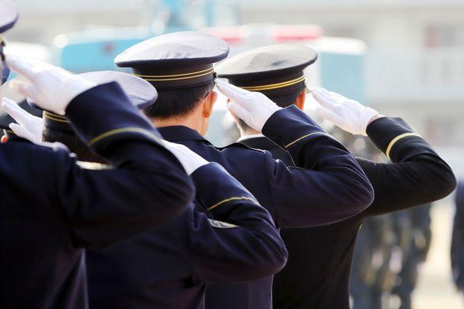 式で敬礼する警察官