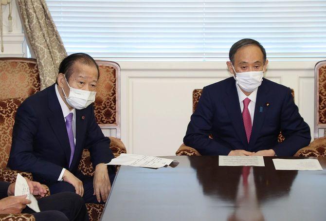 自民党役員会に臨む菅義偉首相(右)と二階俊博幹事長