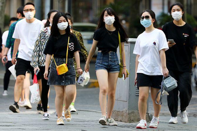 34度に達した5月3日、夏服で街を歩く上海市民や観光客ら