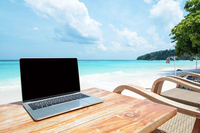 ビーチでノートパソコン