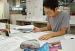4年生の石田豊さん。卒業制作の追い込み作業中だった。