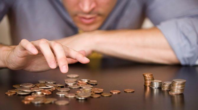 コインを数える男性