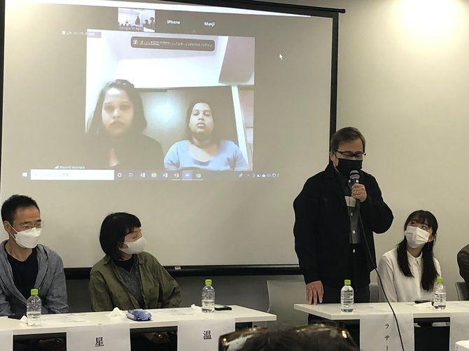 5月6日に行われた入管法改正案廃案を求める会見。左から作家の星野智幸さん、温又柔さん、ラサール石井さん。スクリーンに映るのは亡くなったウィシュマさんの妹。会見には最近の作品で入管の問題を取り上げた作家の中島京子さんも参加した