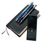 会社で支給されるポケットサイズの手帳にペンを3種類引っかける形で持ち歩いている。予定が確定した時点でパソコンのスケジューラーにも転記するが、携帯から書き込むこともある。