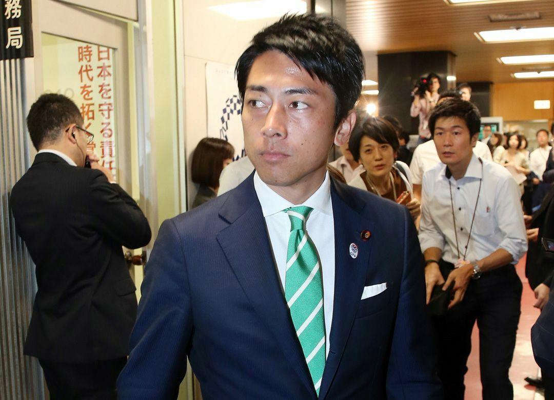 次期首相が色目を使う小泉進次郎の政治力 「安倍対石破」はラブコール合戦に