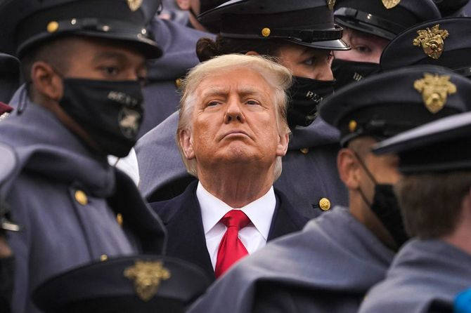 黒いマスクをしたアフリカ系陸軍士官候補生たちの中に立つトランプ大統領