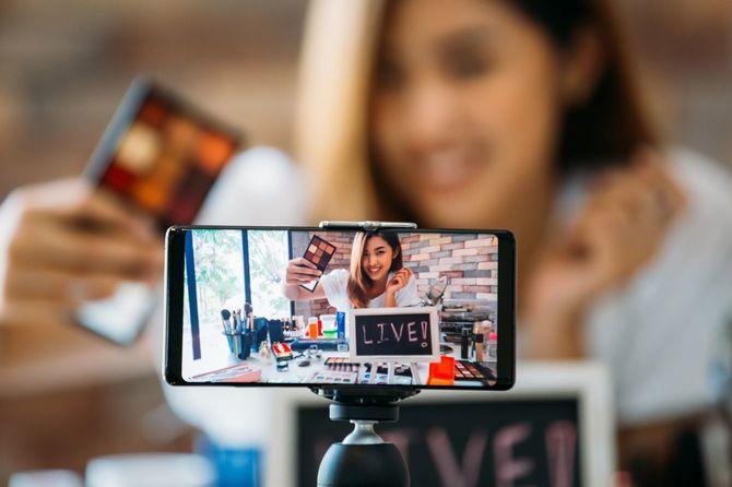 アイシャドウを紹介する動画を撮影中の女性