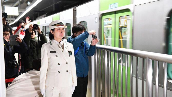 JR山手線「高輪ゲートウェイ駅」を出発する始発電車を見送る中村多香駅長=2020年3月14日午前4時34分