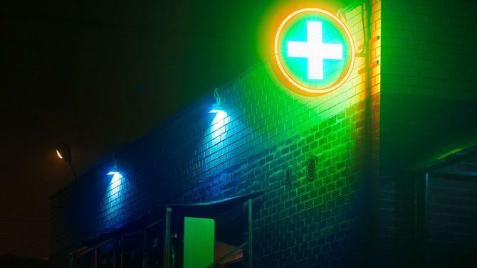 夜の霧と薬局のマーク