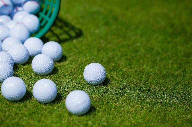 散乱しているゴルフボール