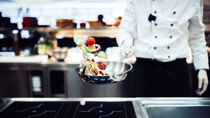 調理のプロが野菜を炒めている