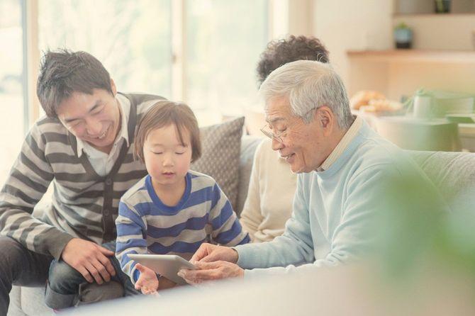 タブレットの使い方をおじいちゃんに教える孫