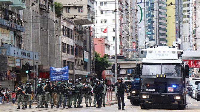 「国家安全維持法」に反対するデモ隊排除に当たる警官隊=2020年7月1日、香港・香港島