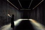 """東芝が出展した「LEDアート」。""""水のカーテン""""が無数のLEDによって様々に表情を変化させる。"""