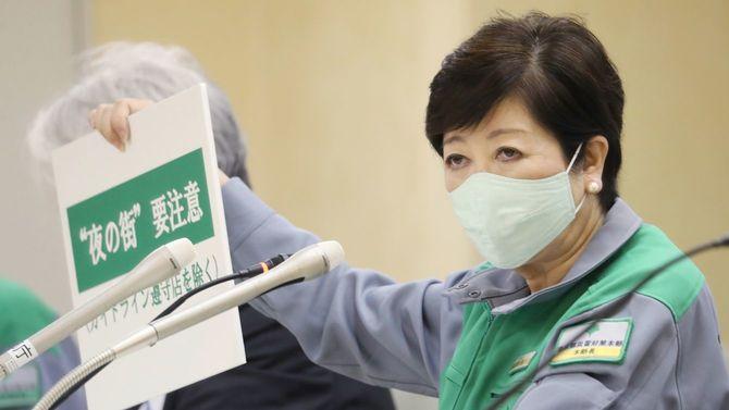 新型コロナウイルスについての記者会見で、「夜の街」について注意を促すボードを掲げる東京都の小池百合子知事=2020年7月2日、東京都新宿区