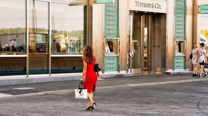 ティファニーに行く赤いドレスを着た女性がジュネーブに格納します