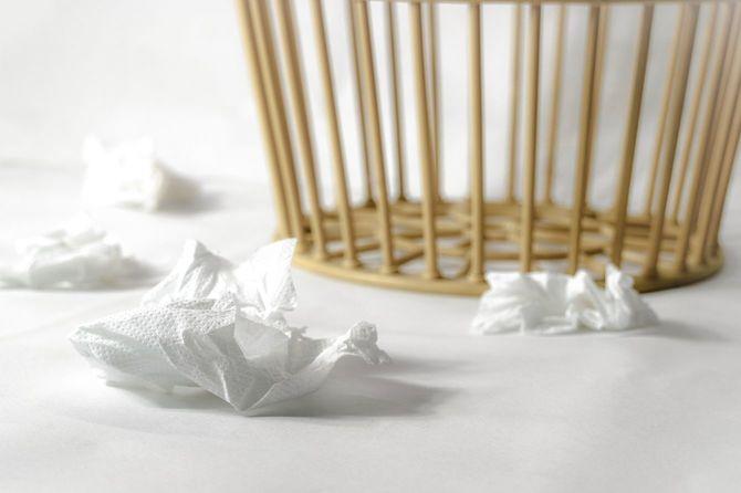 白い床に4枚の白い使用済みティッシュペーパー