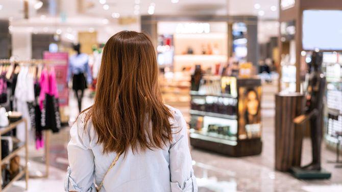 モールを歩く若い女性