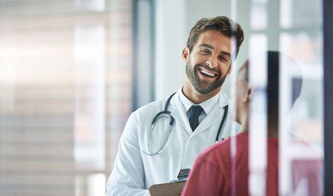 常に患者が安心できるように接する医者