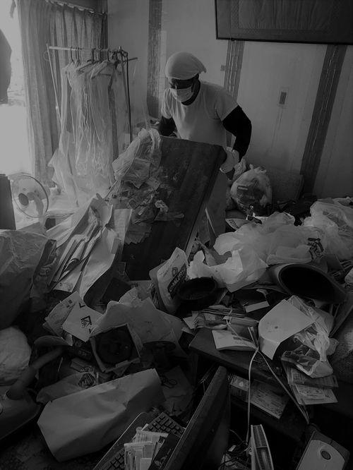 ゴミらしきものが山積している部屋