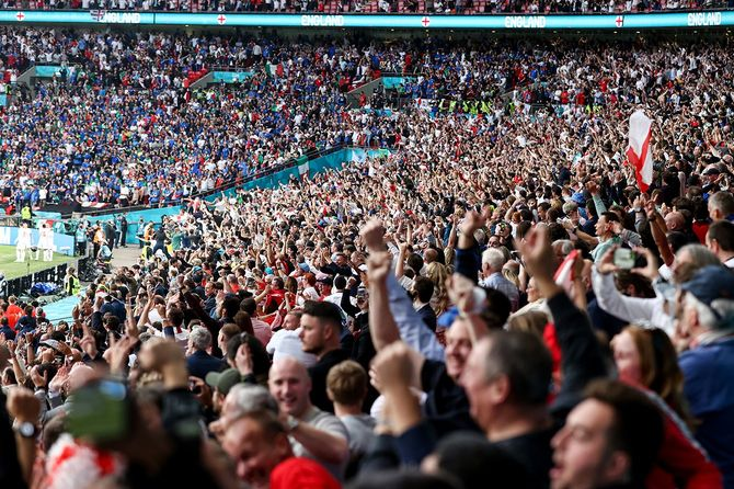 ロンドンのウェンブリー・スタジアムで行われた欧州サッカー選手権の決勝で、イングランドを応援する観客ら