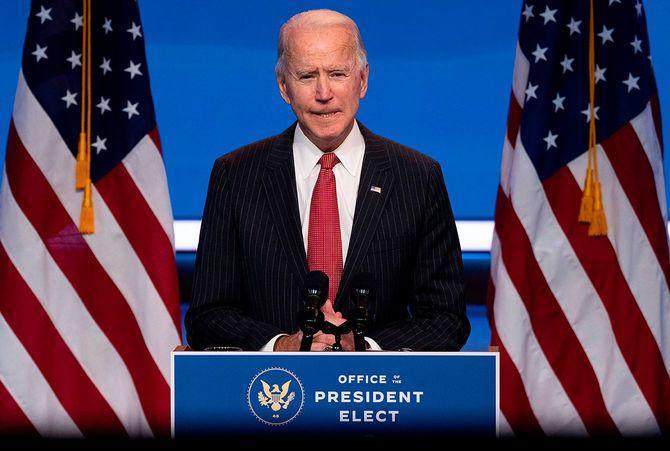 2020年11月19日、デラウェア州ウィルミントンで知事との会合後に話すジョー・バイデン米次期大統領。新型コロナの感染者が急増しても、全米規模のロックダウン実施しないと表明。