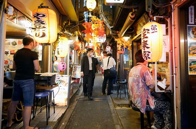 東京都は23区内の飲食店などに求めていた営業時間の短縮要請を終了。感染者数が減少傾向にあることを踏まえ、4段階で評価する感染状況は、最も深刻な「感染が拡大している」から「再拡大に警戒が必要」に1段階引き下げた
