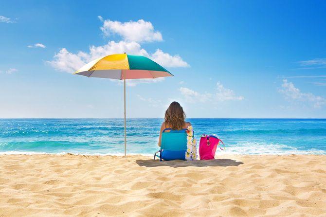 カウアイ島のビーチでリラックスする女性