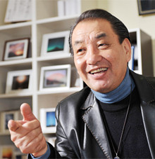 <strong>ロッキー田中</strong> 61歳●1946年、福井県生まれ。福井商業高校卒業後、薬品会社に入り、22歳で富士ゼロックスに転職。49歳で退職し写真家に。「自分の作品を通じて人と喜びを共有できるのがプロの仕事」と言い切る。東京都品川区西五反田で「ときめきの富士アートサロン」を開設し、作品の展示販売を行っている。