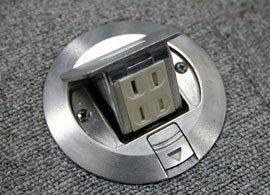 電池切れ寸前。ランチで店のコンセントを勝手に使ったら?