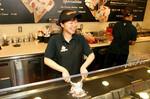 店舗では、客がリクエストしたとき、大きなサイズのアイスを頼んだとき、そしてチップを渡したときに歌のサービスを行う。
