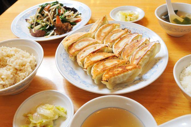 写真中央は「ダブル餃子定食」の焼き餃子12個